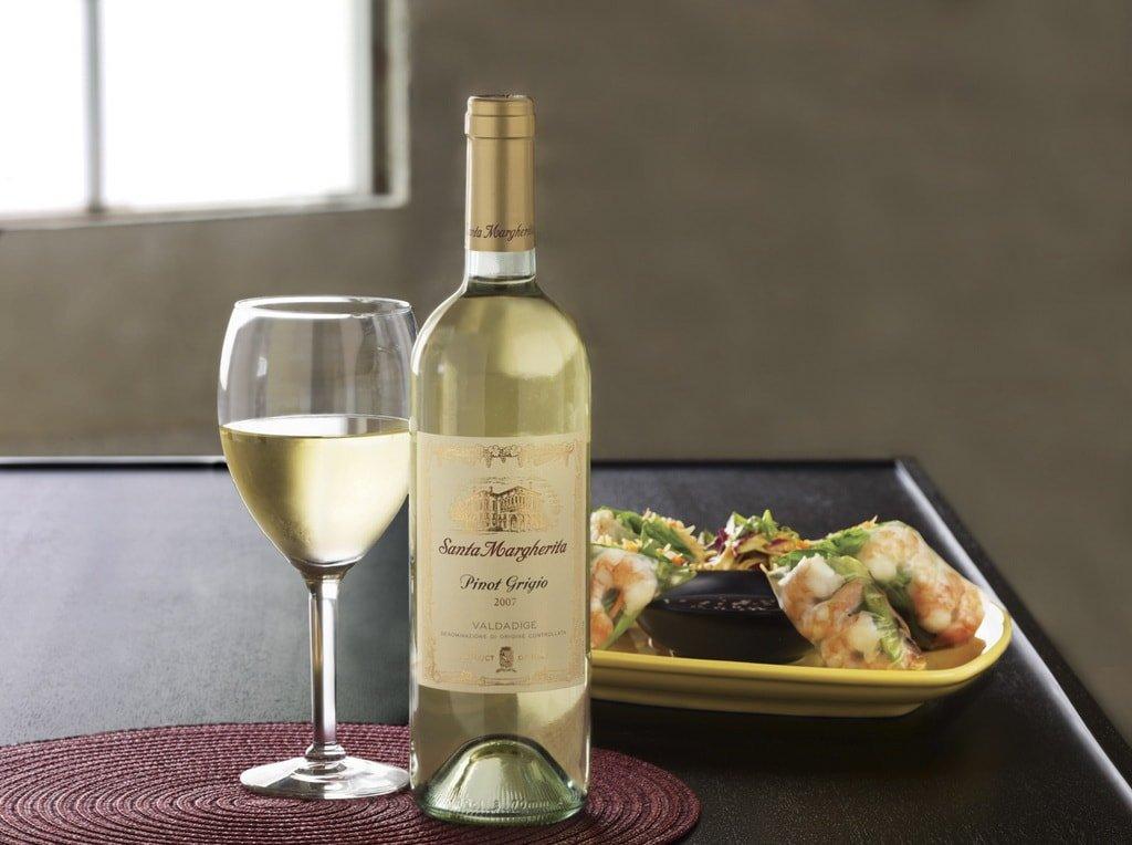 Бутылка белого сухого вина Пино Гриджио